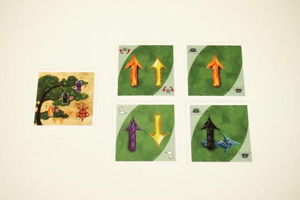 Cada jugador recibe una carta de árbol genealógico, con su objetivo, y cuatro cartas de movimiento para la mano. No podrán ser vistas por los demás.