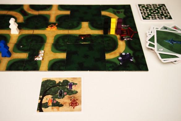 Esta mecánica se repite hasta que tres de ellos llegan al Templo. Se descubren las cartas de árbol genealógico para comprobar quién suma más puntos. En este caso, el jugador se habrá anotado 12 puntos (la entrada del morado le reportaba siete y la del negro cinco).